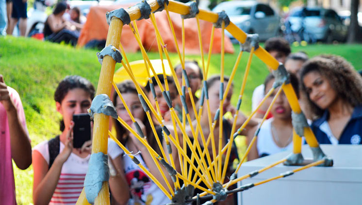 Estudantes de Engenharia participam de competição de pontes de macarrão