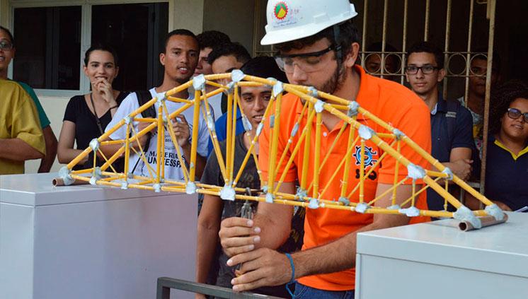 Aprendizado: Competição de pontes de macarrão agita alunos das Engenharias